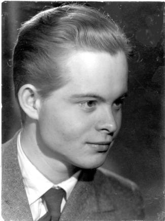 9fed08adbe1 Portræt af den unge 19-årige mig, fotograferet af førstemanden Jørgen Duus i  Rie Nissens atelier i 1948. Fotografiet var en gave til min mor på hendes  ...